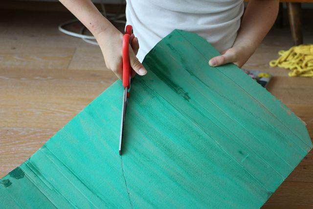 Einen Viertelkreis ausschneiden – dann ist die Schultüte fast fertig.