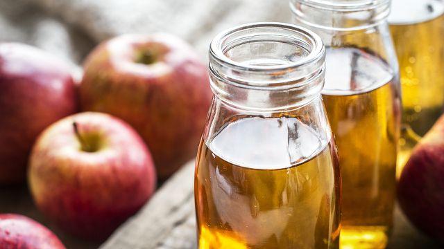 Das alte Hausmittel Apfelessig wirkt gegen zu viel Magensäure.