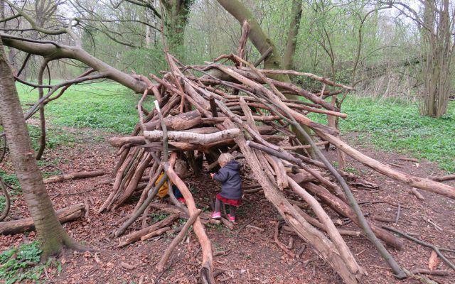 Spiele für draußen, Spiele für Kinder, Baumhöhle im Wald bauen