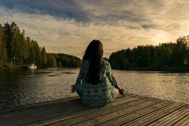 Es muss keine Meditationseinheit am See sein. Doch schon ein paar ruhige und tiefe Atemzüge können dich vor einem irrationalen Verhalten während eines Konflikts bewahren.