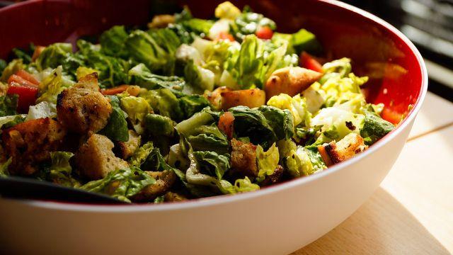 Der fertige Salat lässt sich gut mit Parmesan und Croutons garnieren.