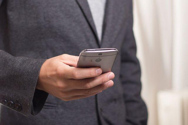 Verschiedene Produktbestandteile wie z.B. Gehäuse von Smartphones können Bisphenol S enthalten.