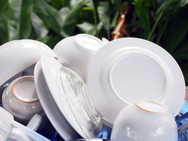 Zum Aufräumen gehört auch Geschirr abwaschen.