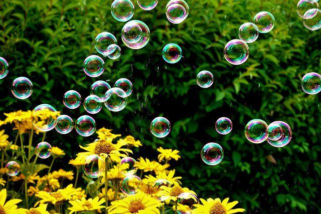 Seifenblasen bestehen hauptsächlich aus Seifenlauge.