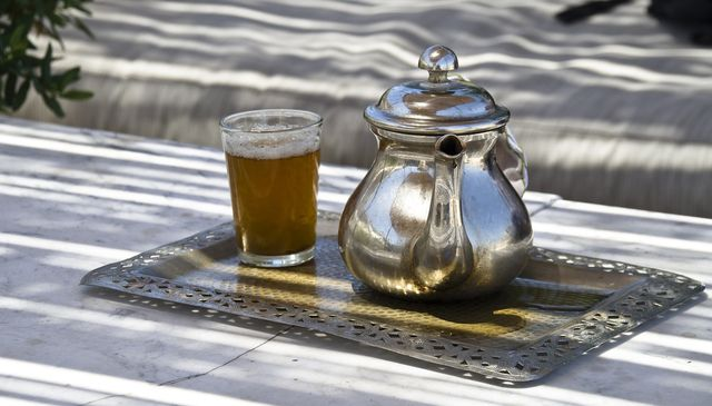 Marokkanischer Tee wird in traditionellem Geschirr zubereitet und serviert.