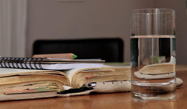 Ein Glas Wasser bekämpft den Kater effektiv.