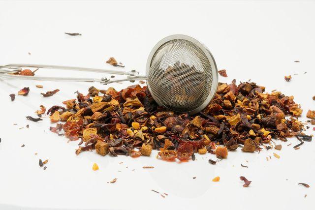 Bereite den Früchtetee mit einem Teesieb zu.