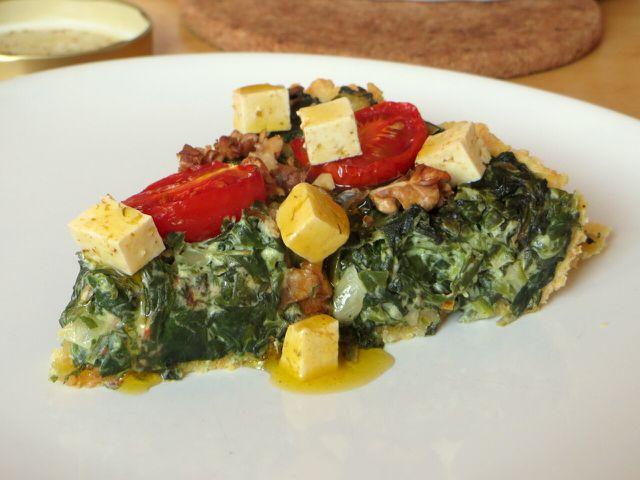 Zur veganen Quiche mit Spinat passt veganer Feta gut dazu.