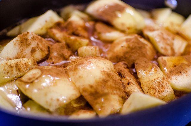 Zimt passt sehr gut zu Apfelkuchen mit Streuseln.