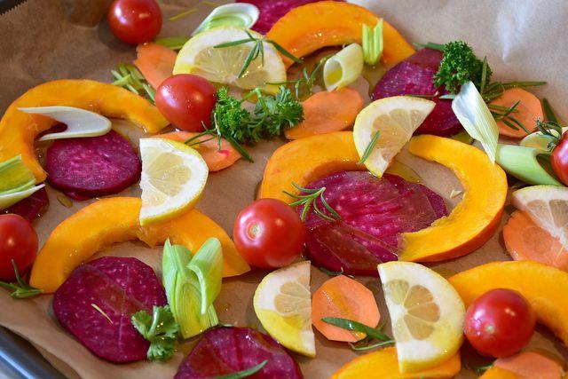 Das Grundrezept für den Kürbissalat kannst du leicht variieren, indem du zum Beispiel andere herbstliche Gemüsesorten hinzufügst.