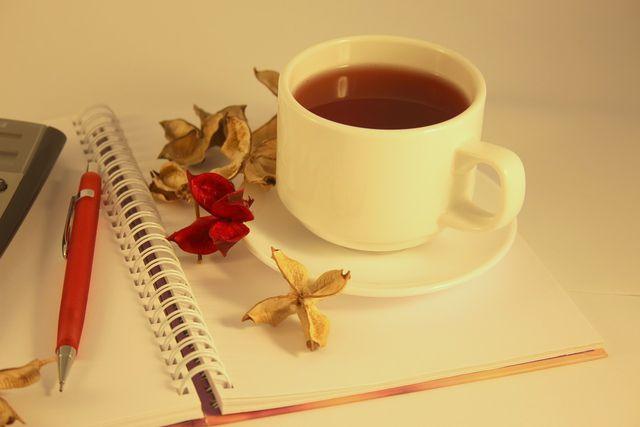 Dunkler Tee hinterlässt mit der Zeit Rückstände auf Porzellan.