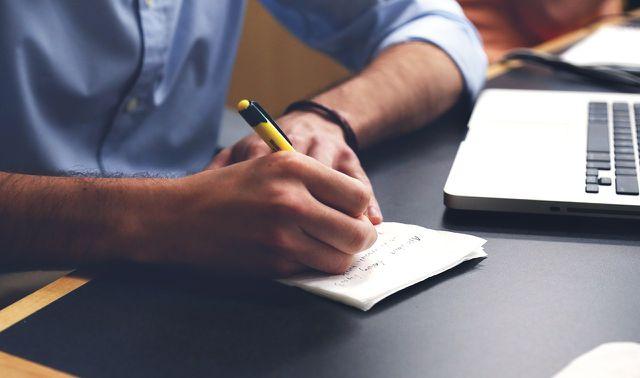 Einen Einkaufszettel zu schreiben hilft dir, bewusster zu konsumieren.