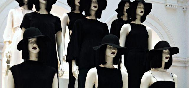 Giftige Farbe in schwarzer Kleidung