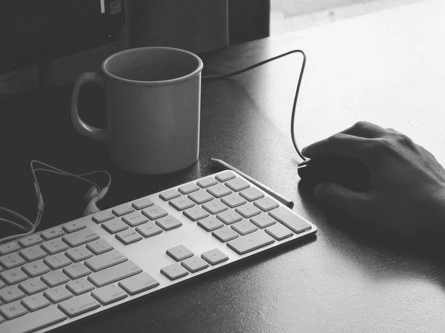 Richtig sitzen bedeutet auch, dich zuerst mit der Ausrichtung von Monitor, Tastatur & Co. zu befassen.