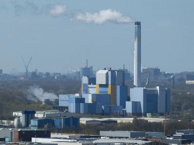 In Verbrennungsanlagen brennt Klärschlamm häufig zusammen mit Müll.