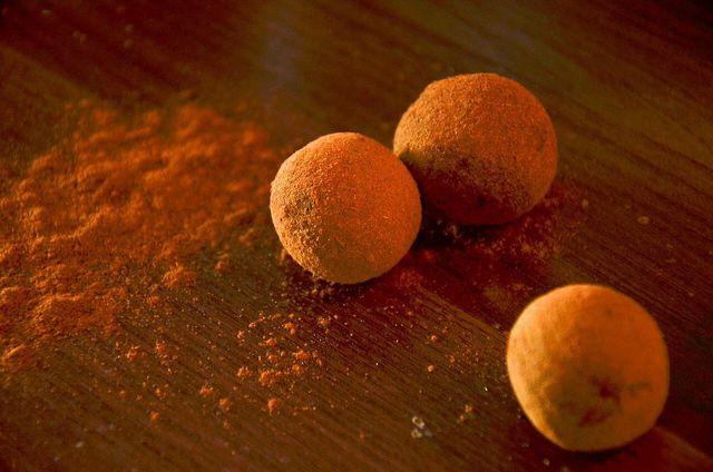 Kuchen verwerten kannst du zum Beispiel, indem du Rumkugeln aus Kuchenresten machst.