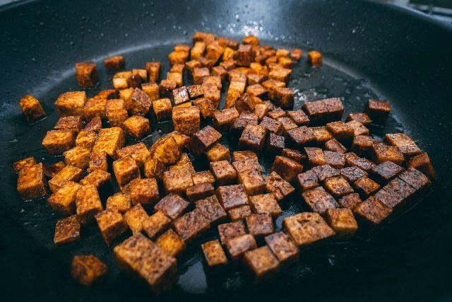 Gebratener Tofu passt gut zur Rosenkohl-Pfanne.