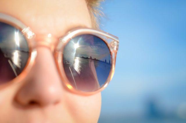 Eine Sonnenbrille schützt dein Augen vor UV-Strahlen und Fremdkörpern.