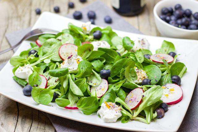 Gesund und saisonal: Feldsalat mit Radieschen zum Osterfrühstück.
