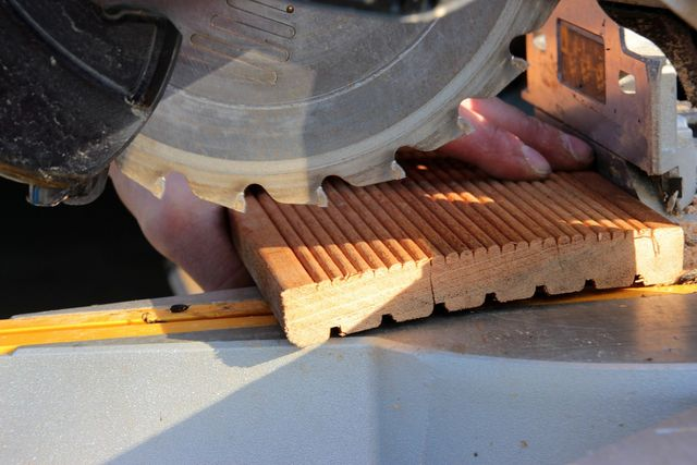 Bangkirai ist ein sehr festes und schweres Holz und lässt sich nicht so leicht bearbeiten.