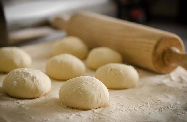 Den Hefeteig am besten in kleineren Portionen einfrieren, damit du ihn leichter auftauen kannst.
