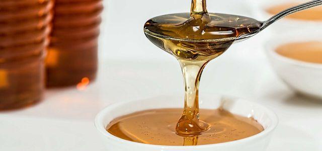 Salbeisirup hilft gegen Halsschmerzen.