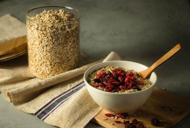 Ein Frühstück mit Haferflocken hilft dir dabei, deinen Proteinbedarf zu decken.