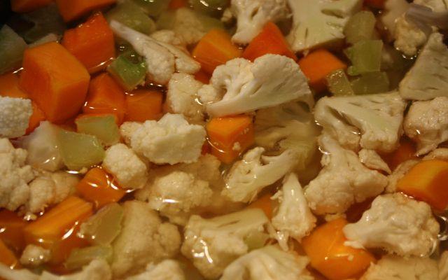 Gemüseeintopf mit Blumenkohl.
