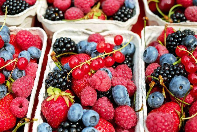 Beeren enthalten viele wertvolle Inhaltsstoffe und können auch in Deutschland angebaut werden. Achte beim Kauf jedoch genau auf das Ursprungsland! Viele Beeren werden auch aus Spanien importiert.
