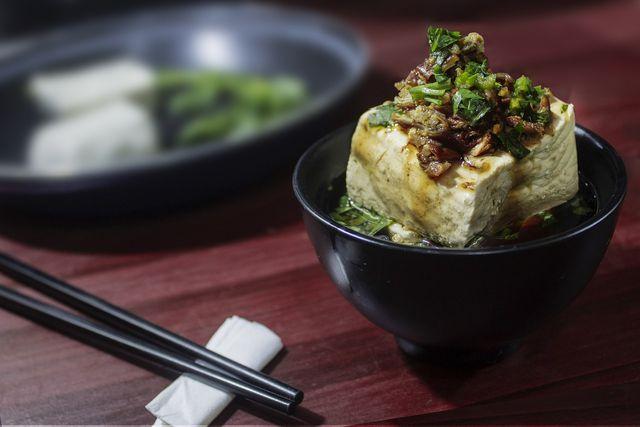Ein hoher Eiweißgehalt und wertvolle Vitamine und Mineralstoffe machen Tofu gesund.