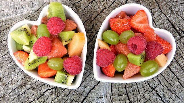 Zu den ballaststoffreichsten Obstsorten gehören Äpfel, Birnen und zahlreiche Beerenarten.