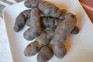 Lila Kartoffeln unterscheiden sich auch untereinander in Form, Farbe und Geschmack.
