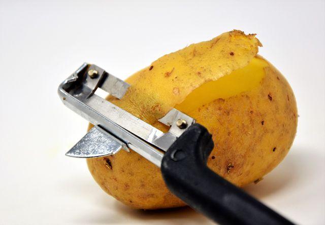 Kartoffeldiät: Das Schälen einer Kartoffel bildet den ersten Schritt.