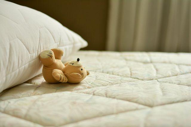 Auch Urinflecken auf der Matratze kannst du mit Hausmitteln entfernen.