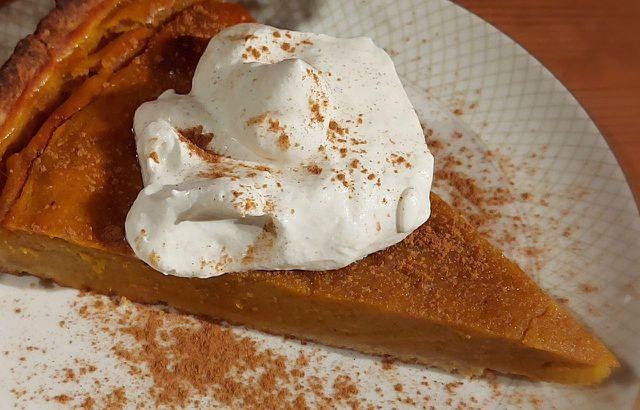 Zimt in selbst geschlagener Sahne passt gut zum Pumpkin-Pie.