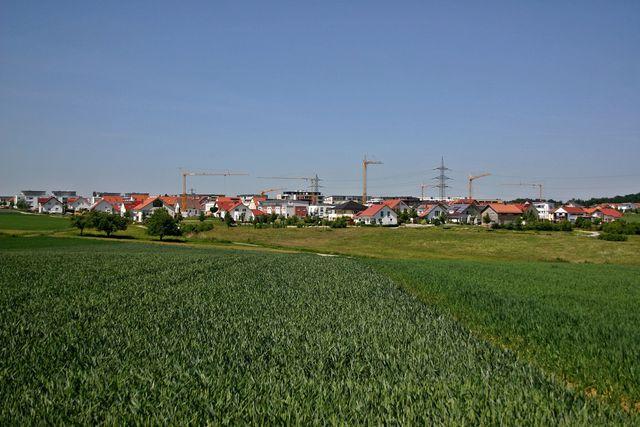 Durch Urbanisierung entstehen Neubausiedlungen rund um die Stadt.
