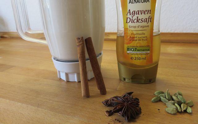 Gewürze verfeinern die selber gemachte Mandelmilch