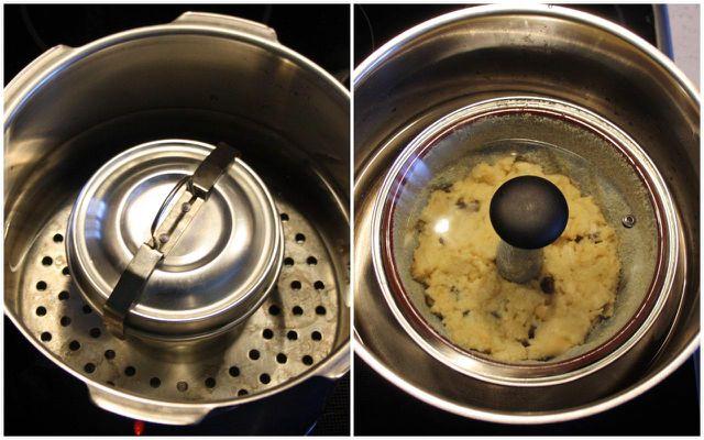 Koche den Brotpudding im Wasserbad.