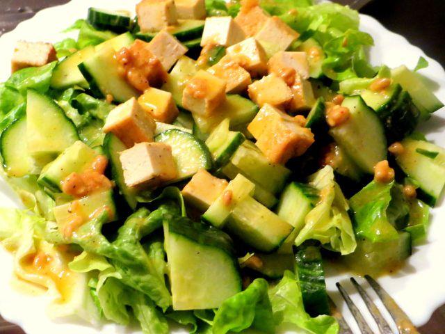 Ein frischer Salat mit Tofu ist gesund, leicht und trotzdem sättigend.