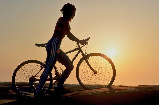 Die Fahrradbeleuchtung solltest du auch bei Tagestouren immer dabei haben.