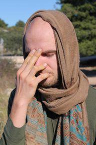 Für Nadi Shodhana kannst du deine Zeige- und Mittelfinger zwischen den Augenbrauen ablegen, um mit Daumen und Ringfinger die Nasenlöcher zu schließen.