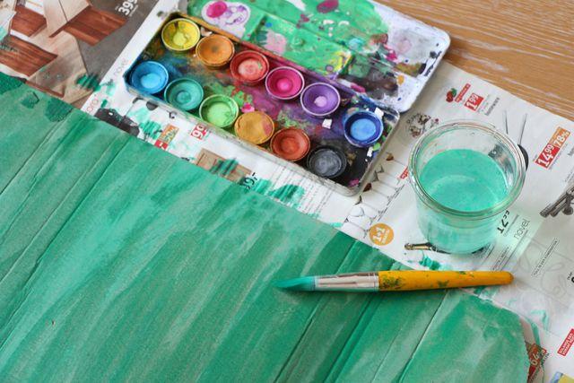 Karton kann in jeder beliebigen Farbe angemalt werden.