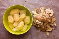 Wenn du die Kartoffeln in heißem Wasser einlegst, werden die Patatas Bravas knuspriger.
