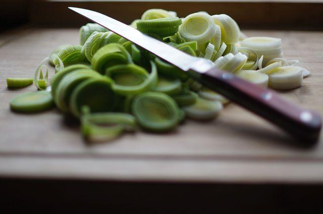Schneide den Lauch mit einem scharfen Messer in Ringe.