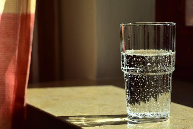 Ein Glas Wasser hilft gegen die Müdigkeit
