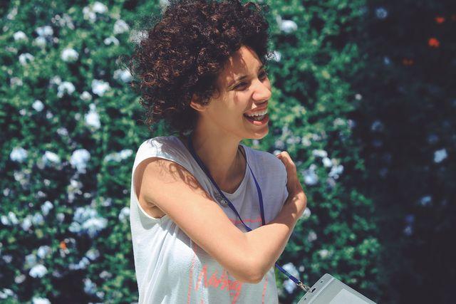 Viele Frauen mit natürlichen Locken schwören mittlerweile auf die Curly-Girl-Method.