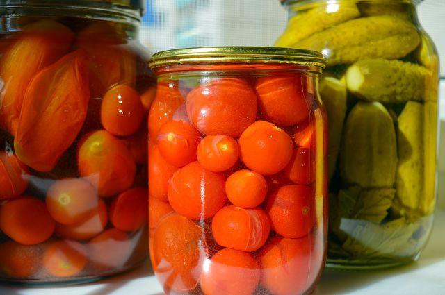 Du kannst unter anderem Tomaten und Gurken sauer einlegen.