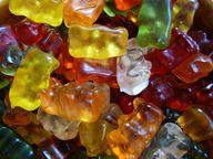 Viele Säfte werden mit Gelatine geklärt - ein Stoff, der unter anderem in Gummibärchen zu finden ist