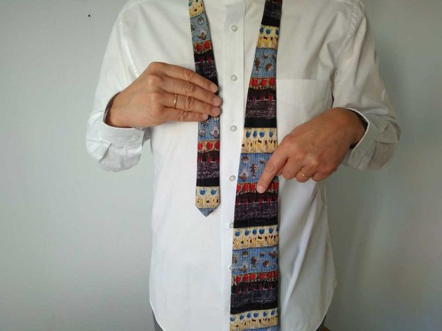 Schritt 2: Lege die Krawatte wie im Bild um deinen Hals.