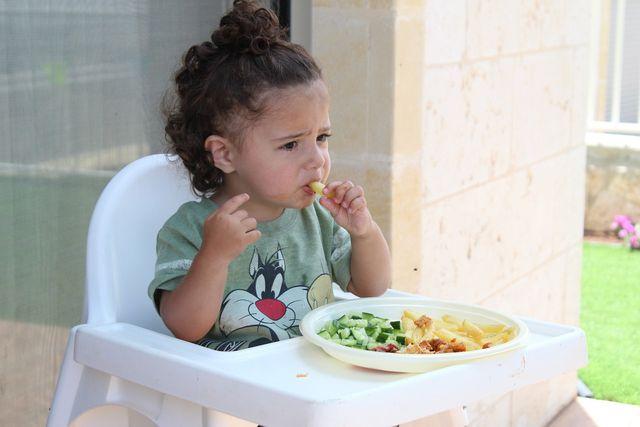 Das Kochen für Kleinkinder erfordert teilweise viel Geduld und Feingefühl.